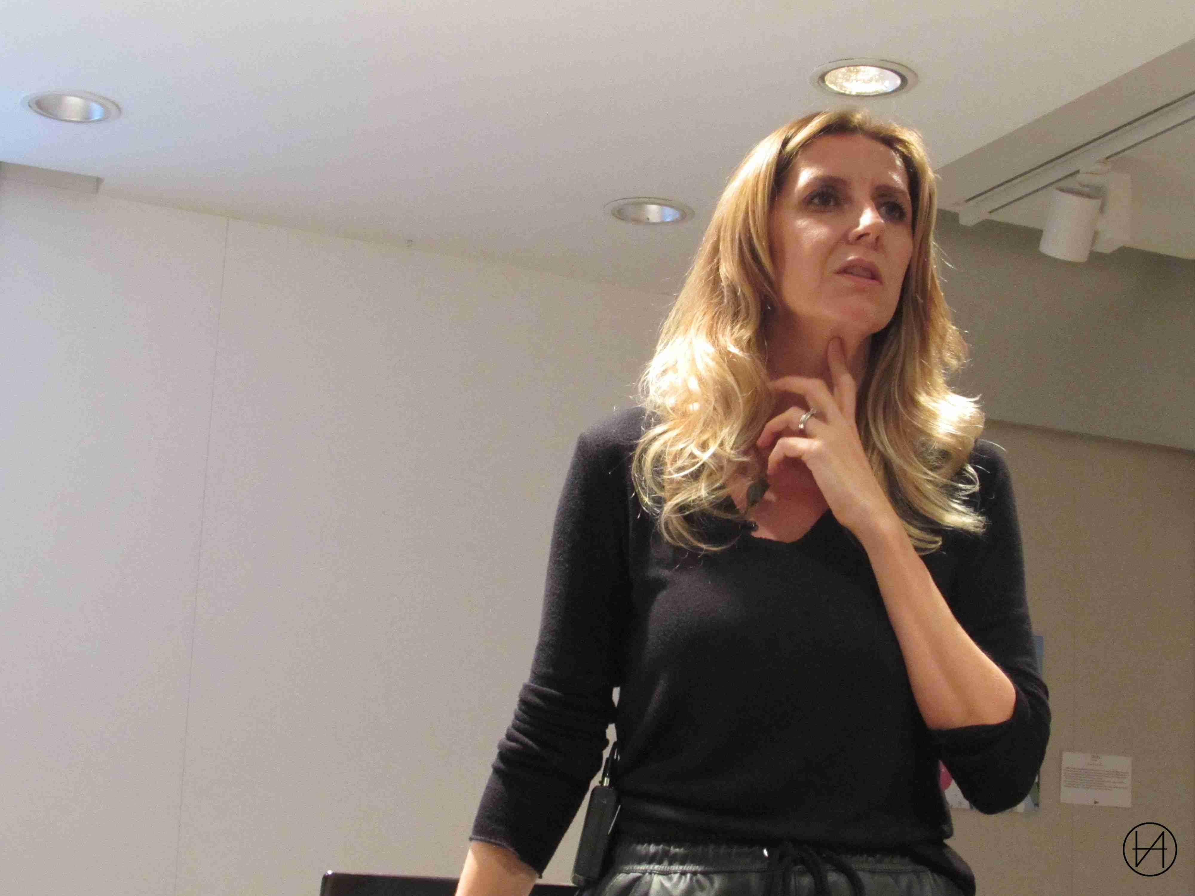 Andrea Villalonga se dirige al público que asistió a la presentación de su libro.
